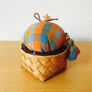 北欧織物と白樺のピンクッション(トスカフト/ラウンドF85/MC)