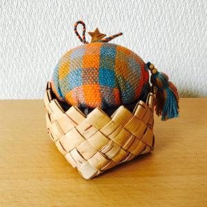 北欧織物と白樺のピンクッション(トスカフト/ラウンドJ85/MC)