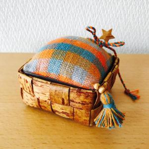 北欧織物と白樺のピンクッション(トスカフト/スクエア85/MC)